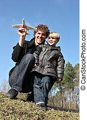 padre figlio, circa, lanciare, uno, aereo giocattolo