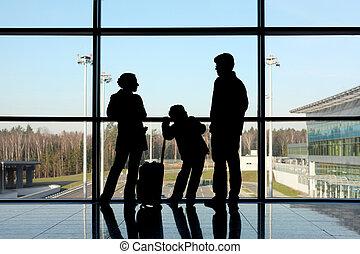 padre, figlio, standing, finestra, aeroporto, madre, bagaglio, silhouette