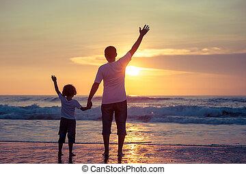 padre, figlio, time., spiaggia tramonto, gioco