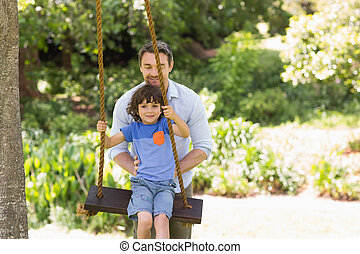 padre, niño, columpio, empujar, feliz