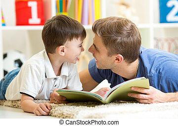 padre, y, el suyo, niño, hijo, leer un libro, en, piso, en casa
