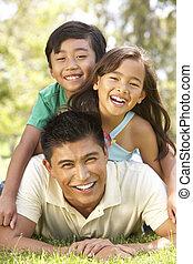 padre y niños, el gozar, día, en el estacionamiento