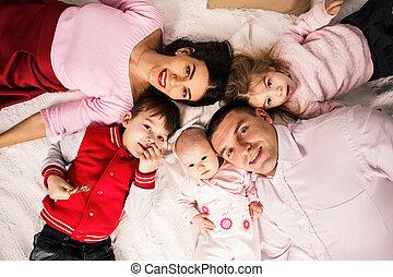 padres, acostado, home., niños, cama
