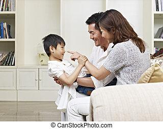 padres, asiático, hijo