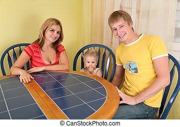 padres, con el niño, sentarse, en la mesa, en, habitación