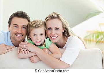 padres, con, hija, sofá