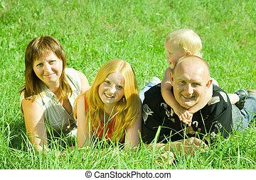 padres, con, niños, en, pasto o césped