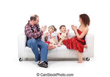 padres, jugar con, niños, blanco, sofá de cuero