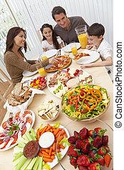 padres, niños, familia que come, pizza, y, ensalada, en, cenar mesa
