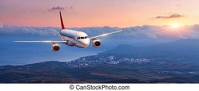 paesaggio, con, bianco, aeroplano, è, volare, in, il, cielo arancia
