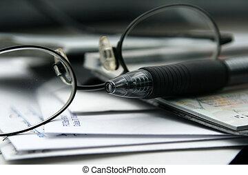 pagando contas, com, cheques