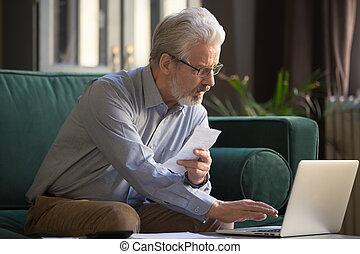 pagar, antigas, laptop, sério, papel, segurando, online, usando, contas, homem