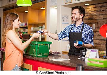 pagar, con, tarjeta de crédito, en, un, tiendade comestibles