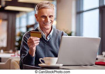 pagar, feliz, online, homem maduro