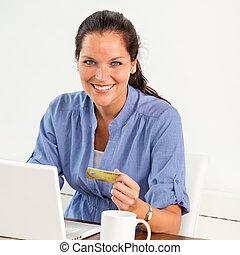 pagar, mulher, depositar linha, lar, sorrindo, contas