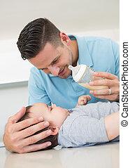 pai, alimentação, leite, para, bebê