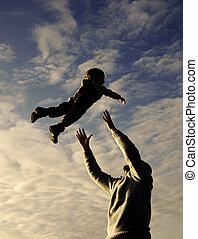 pai, céu, filho, silhuetas, fundo, tocando
