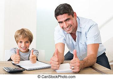 pai, cima, filho, enquanto, polegares, gesticule, dever casa
