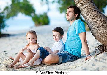 pai, com, crianças, em, praia