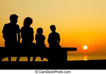 pai, com, mãe, e, duas crianças, sentar, ligado, banco, ligado, praia, em, noite, e, conversar