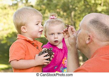 pai, cute, parque, gêmeo, crianças, conversa