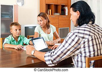 pai, e, adolescente, filho, falando, com, empregado