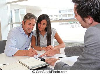pai, e, menina, assinando, empréstimo, contrato