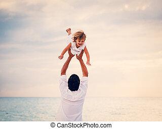 pai filha, jogando, praia, em, pôr do sol