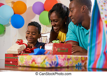pai, filho, celebrando, aniversário, pretas, mãe, Partido, lar