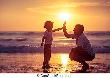 pai, filho, time., praia ocaso, tocando