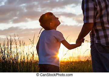 pai filho, tocando, em, a, parque, em, a, pôr do sol, time.