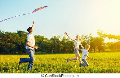 pai, mãe, e, filho, criança, voando uma pipa, em, verão, natureza