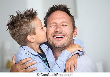 pai, menino, pequeno, seu, dar, beijo, obrigação