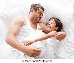 pai, mentindo, cama, filho