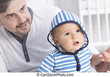 pai, mostrando, algo, para, criança