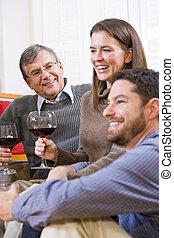 pai, par, mid-adulto, sênior, vinho bebendo