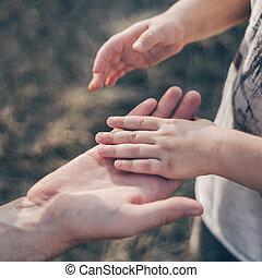 pai, segura, a, mão, de, um, pequeno, child., pai, segura, a, criança, por, a, mão., close-up., em, a, experiência., apoio, ligado, a, way.
