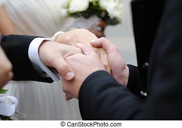pai, segurando, newlyleds, mãos