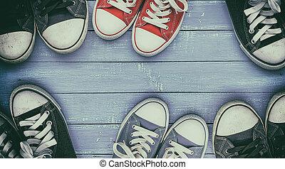 paia, lilla, legno, sei, portato, scarpe tennis, superficie, vecchio
