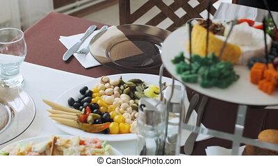 pain, met, servi, serveur, panier, café, salade, pita, table