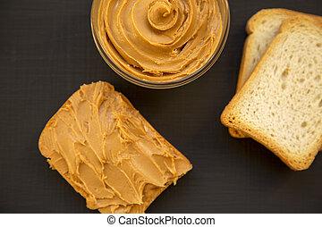 pains grillés, et, bol, beurre arachide, sur, a, arrière-plan noir, sommet, vue., depuis, above., close-up.