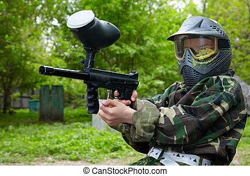 paintball, プレーヤー, 中に, カモフラージュ, ユニフォーム, そして, 保護のマスク, ∥で∥, 跡, の, paintbal, 衝突, 座る, 地面, そして, 目標, ∥で∥, マーカー, に, enemies.