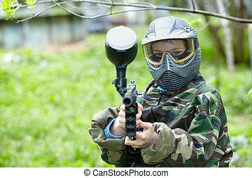 paintball, プレーヤー, 中に, カモフラージュ, ユニフォーム, そして, 保護のマスク, ポーズを取る, 狙いを定める, a, marker.