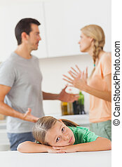 pais, argumentar, atrás de, um, triste, menina