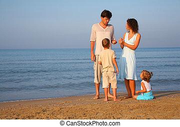 pais, com, crianças, ficar, em, borda, de, mar