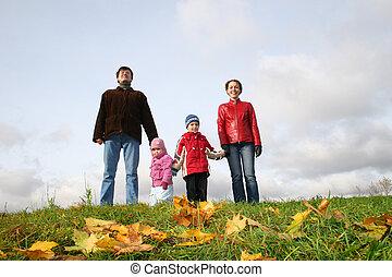pais, com, crianças, levantar, ligado, prado, em, outono