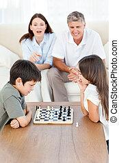 pais, crianças, seu, olhar, xadrez, tocando