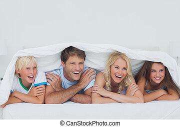 pais, encontrar-se cama, com, seu, crianças