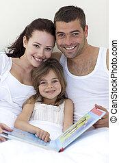 pais, leitura, filha, cama, retrato