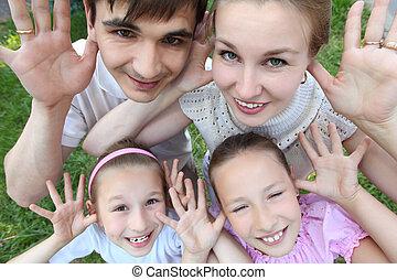 pais, levantar, com, duas crianças, ao ar livre, com, aberta, palmas, vista superior